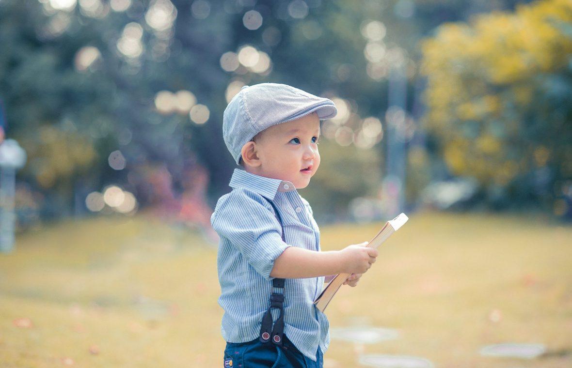 ảnh bé chụp với sách vở