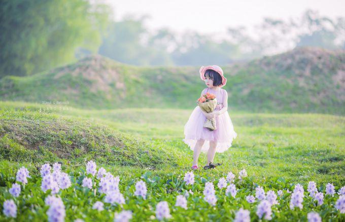 Little girl 1 680x438 - [BR-Art] cô bé nhỏ trên bãi cỏ xanh