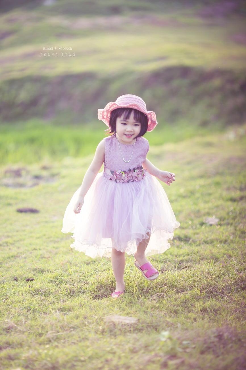 Little girl 7 - [BR-Art] cô bé nhỏ trên bãi cỏ xanh