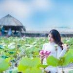 Thiếu nữ bên hoa sen – Model Ngọc Huyền