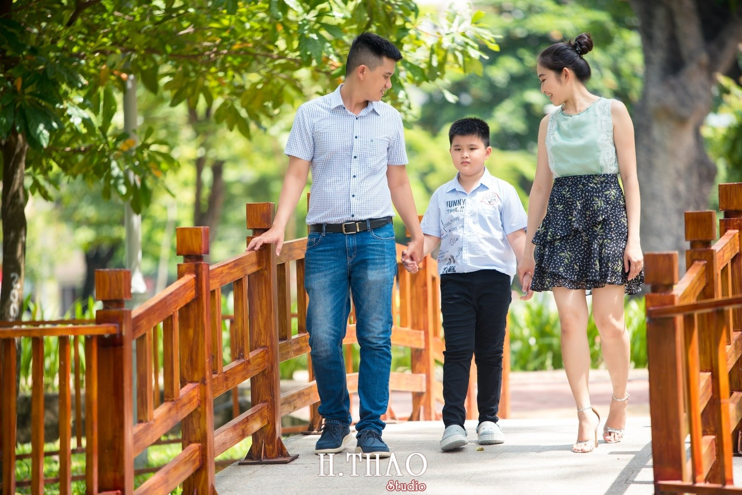 Anh Gia dinh 3 nguoi 22 - Bộ ảnh gia đình 3 người chụp ngoại cảnh đẹp tự nhiên - HThao Studio