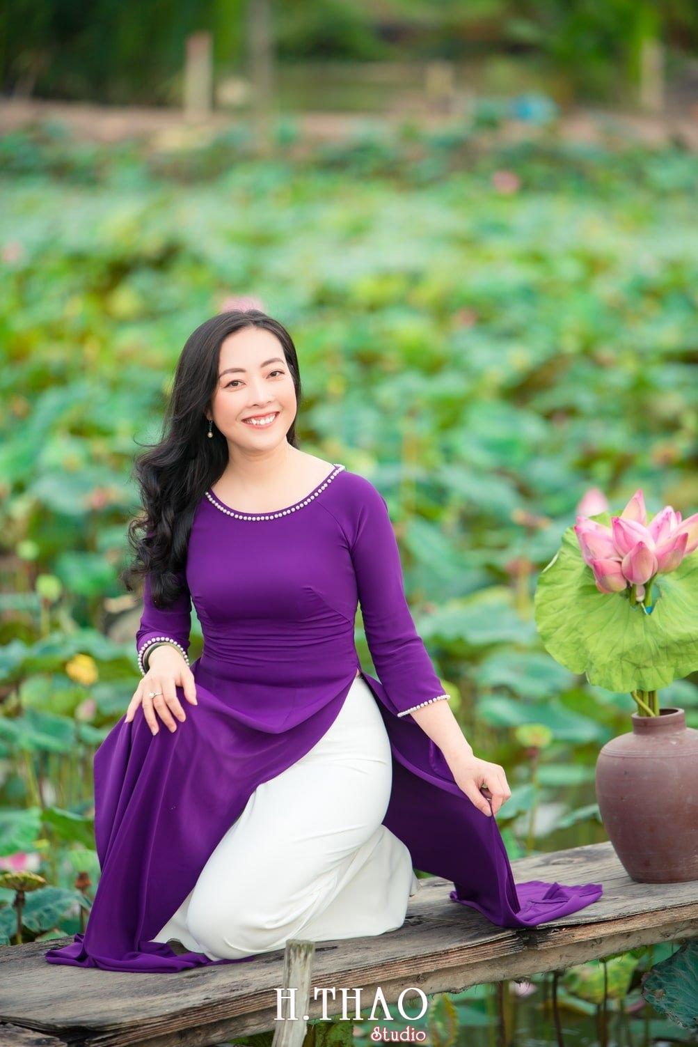 Anh Hoa sen tam da 11 - Bộ ảnh hoa sen với áo dài tím đẹp dễ thương - HThao Studio
