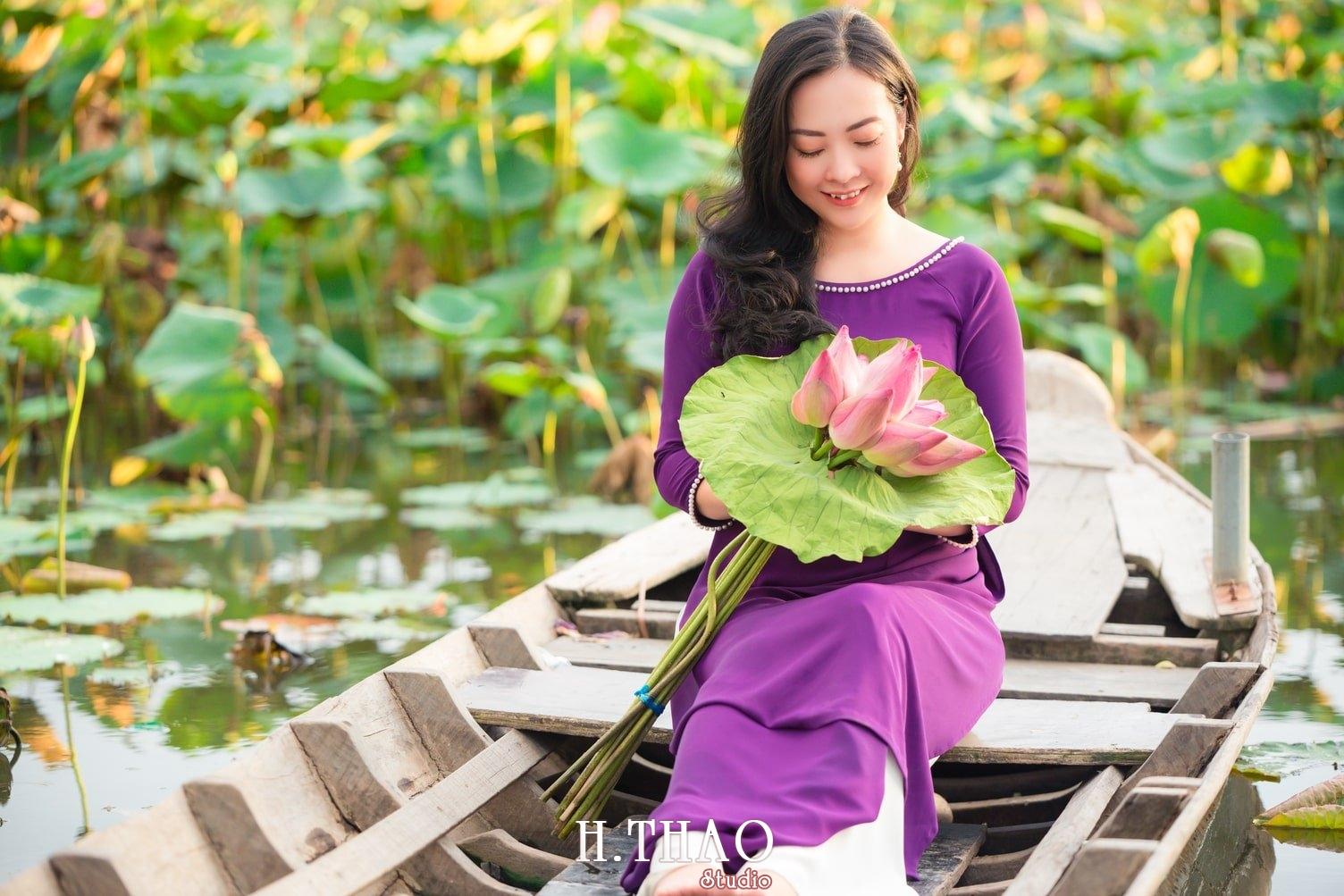 Anh Hoa sen tam da 17 - Bộ ảnh hoa sen với áo dài tím đẹp dễ thương - HThao Studio