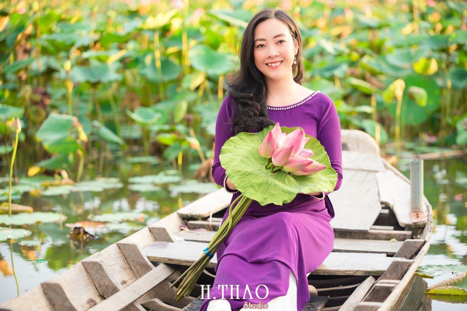 Anh Hoa sen tam da 18 - Bộ ảnh hoa sen với áo dài tím đẹp dễ thương - HThao Studio