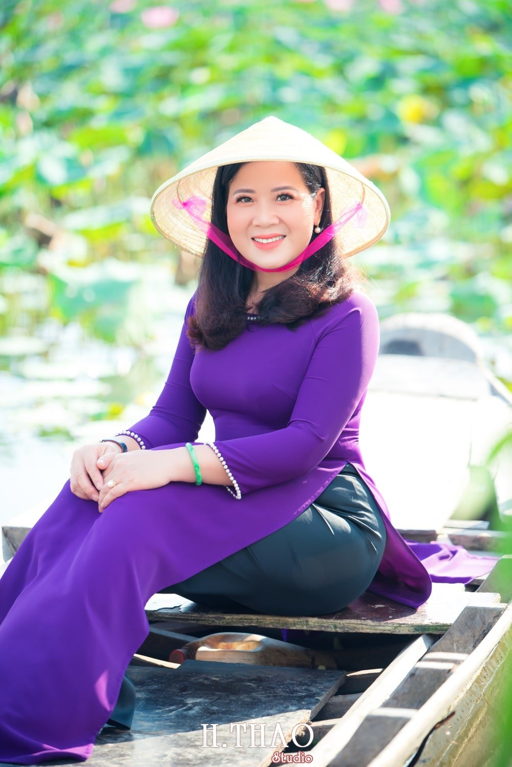 Anh Hoa sen tam da 22 - Bộ ảnh hoa sen với áo dài tím đẹp dễ thương - HThao Studio