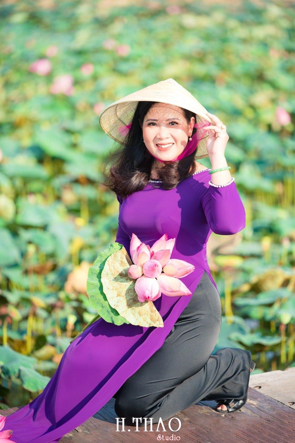 Anh Hoa sen tam da 26 - Bộ ảnh hoa sen với áo dài tím đẹp dễ thương - HThao Studio