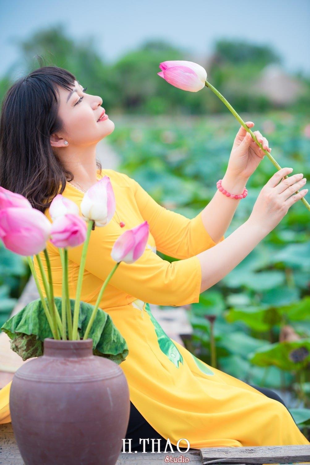 Thiếu nữ bên hoa sen