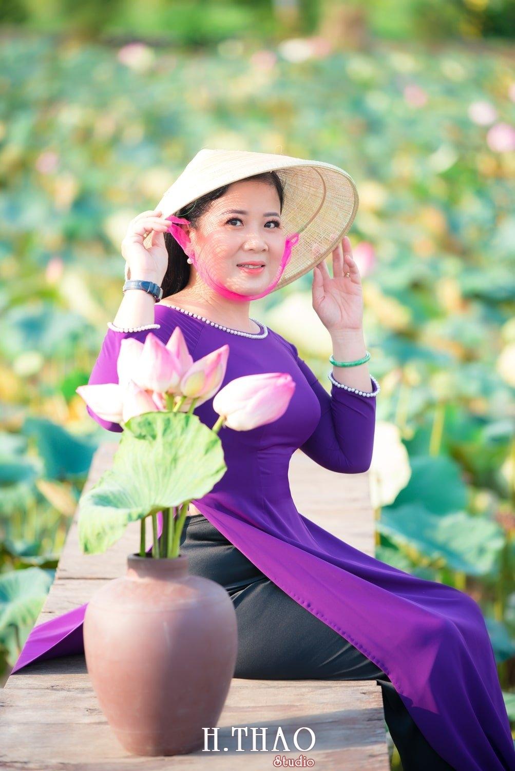 Anh Hoa sen tam da 30 - Bộ ảnh hoa sen với áo dài tím đẹp dễ thương - HThao Studio