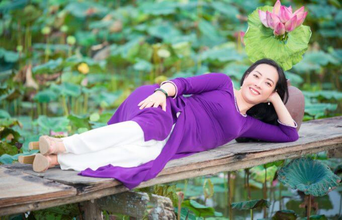 Hoa sen áo dài tím