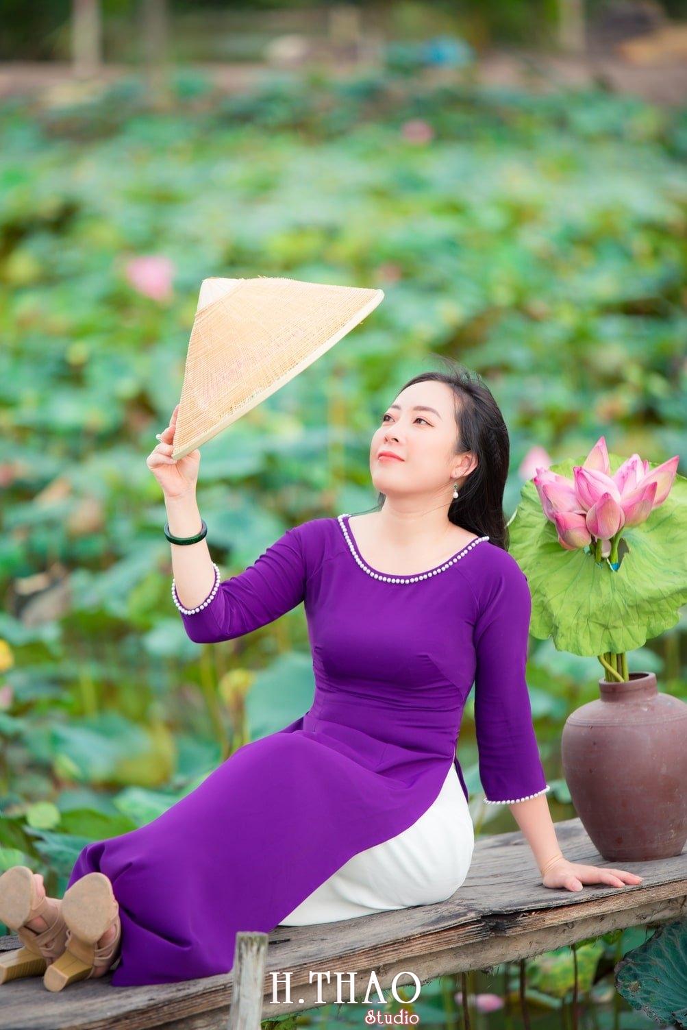 Anh Hoa sen tam da 6 - Bộ ảnh hoa sen với áo dài tím đẹp dễ thương - HThao Studio