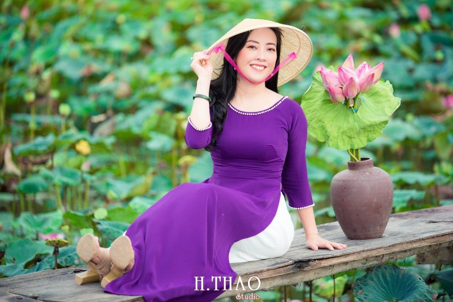 Anh Hoa sen tam da 7 - Bộ ảnh hoa sen với áo dài tím đẹp dễ thương - HThao Studio