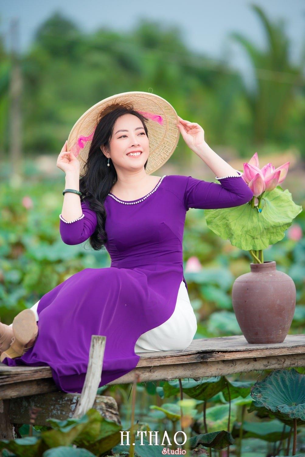 Anh Hoa sen tam da 8 - Bộ ảnh hoa sen với áo dài tím đẹp dễ thương - HThao Studio