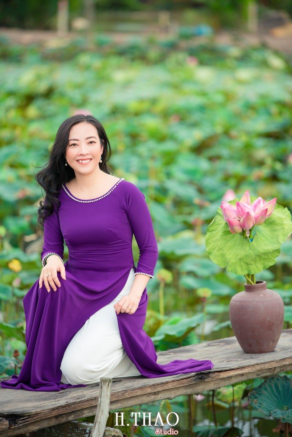 Anh Hoa sen tam da 9 - Bộ ảnh hoa sen với áo dài tím đẹp dễ thương - HThao Studio