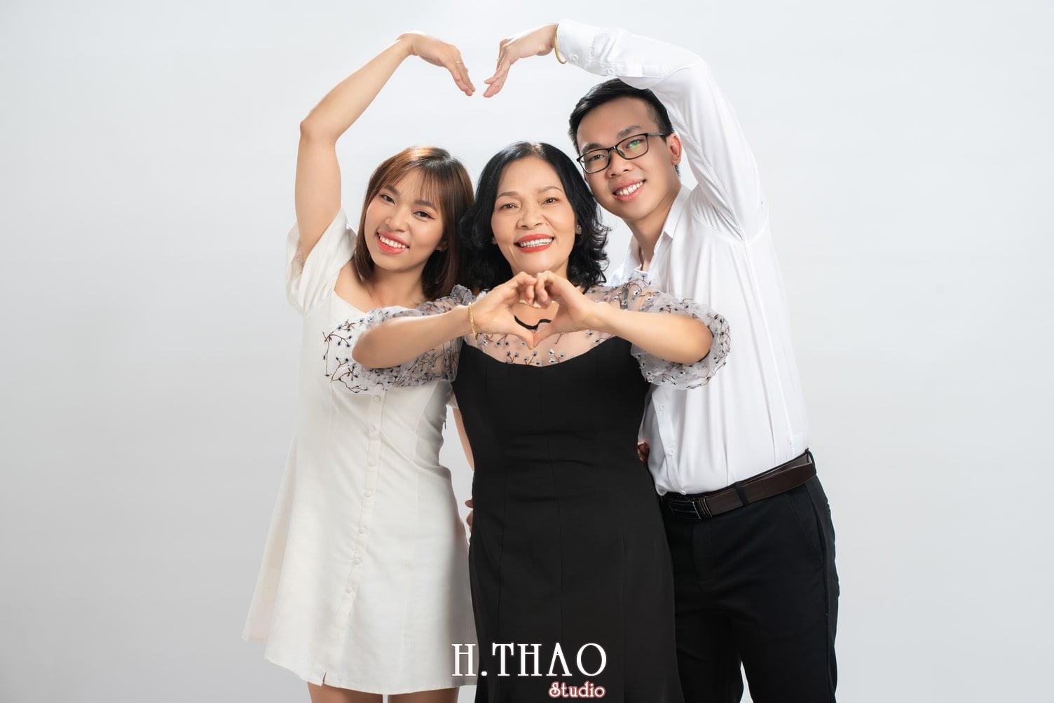 Anh gia dinh 22 - #10 ý tưởng chụp ảnh kỷ niệm ngày cưới ấn tượng - HTHao Studio