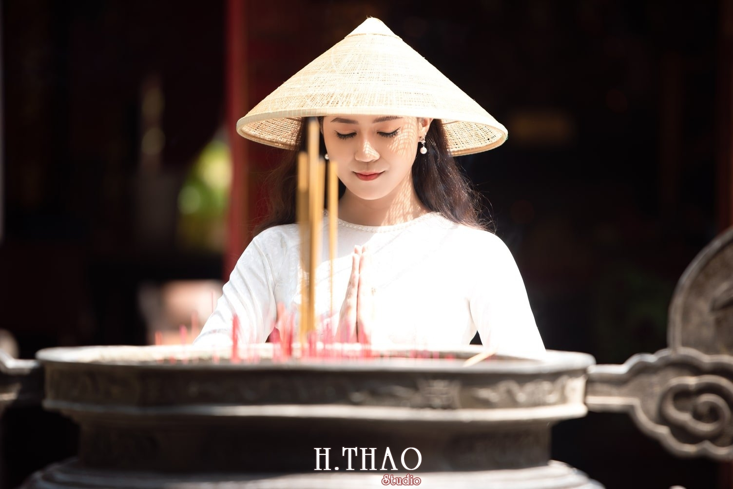 chụp áo dài trong chùa