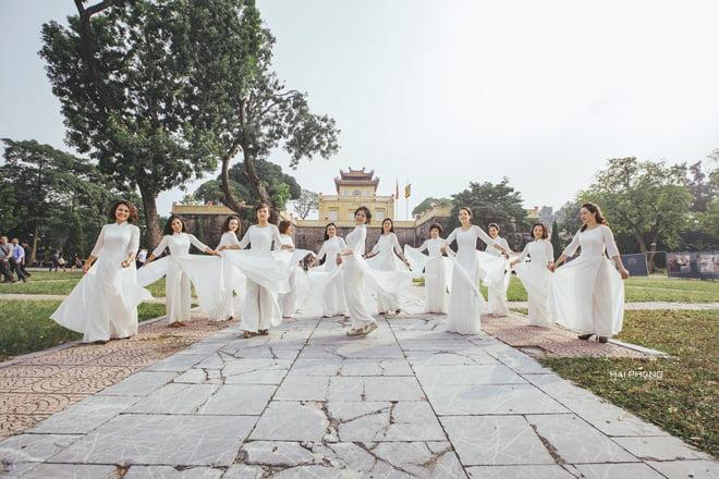 Ao dai nhom dep 12 - 30+ cách tạo dáng chụp ảnh áo dài nhóm đẹp miễn chê – HThao Studio
