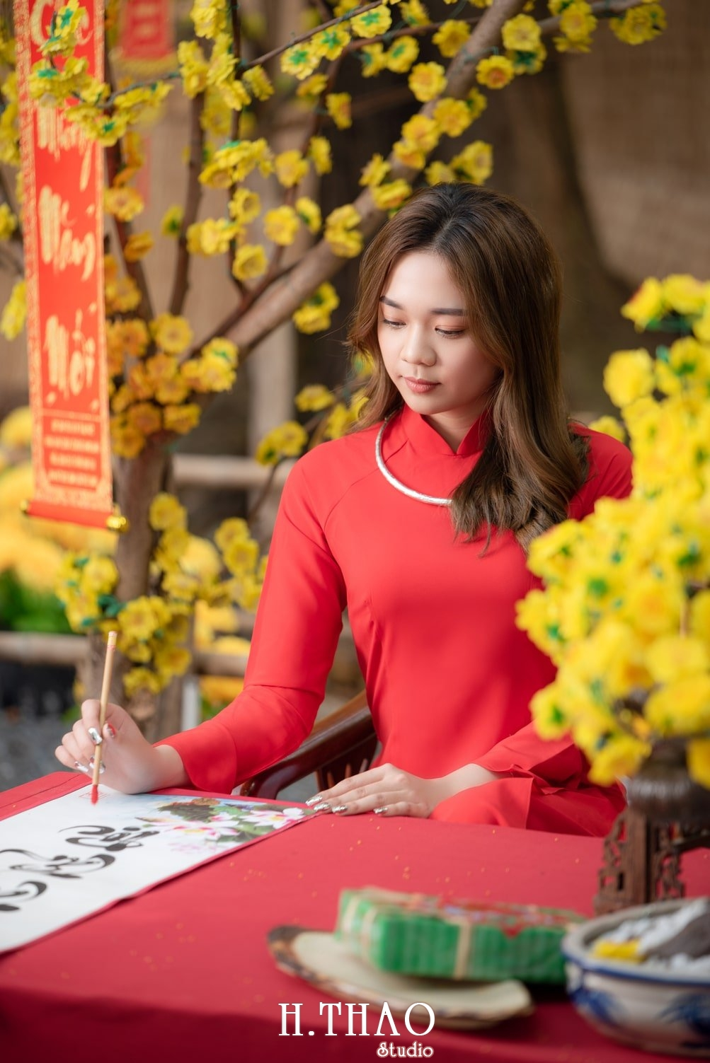 Ao dai tet do 18 - Top 40 ảnh áo dài chụp với Hoa đào, hoa mai tết tuyệt đẹp- HThao Studio