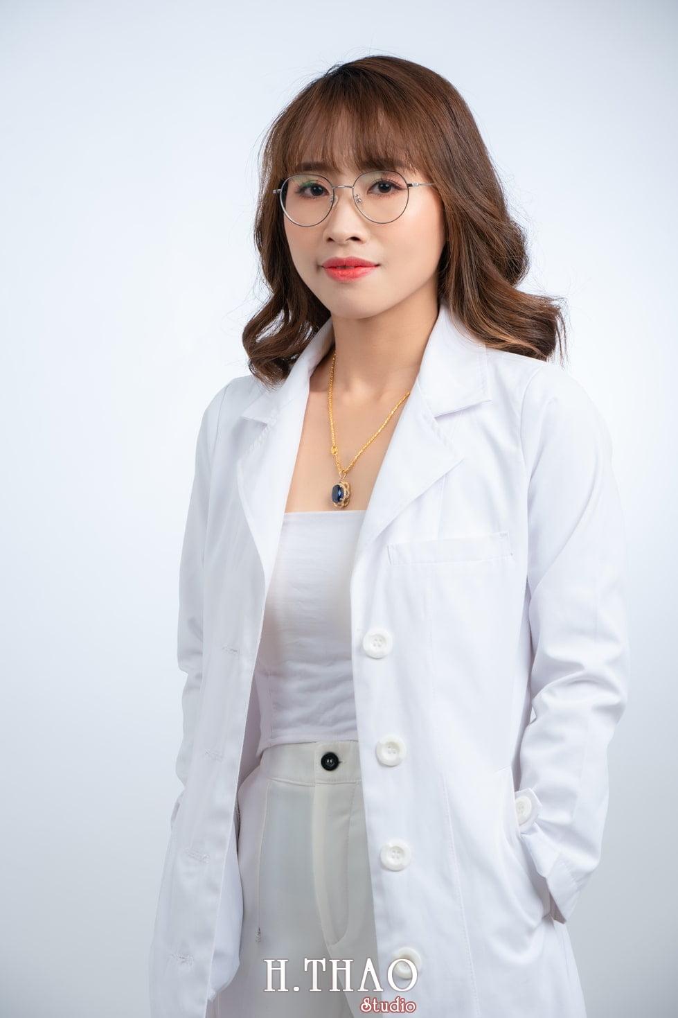 Ảnh profile nữ bác sỹ trong studio