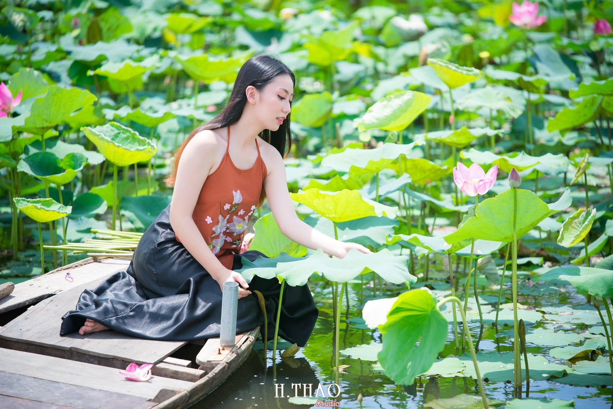 ao yem hoa sen 1 - Album ảnh chụp áo yếm với hoa sen đẹp dịu dàng - HThao Studio