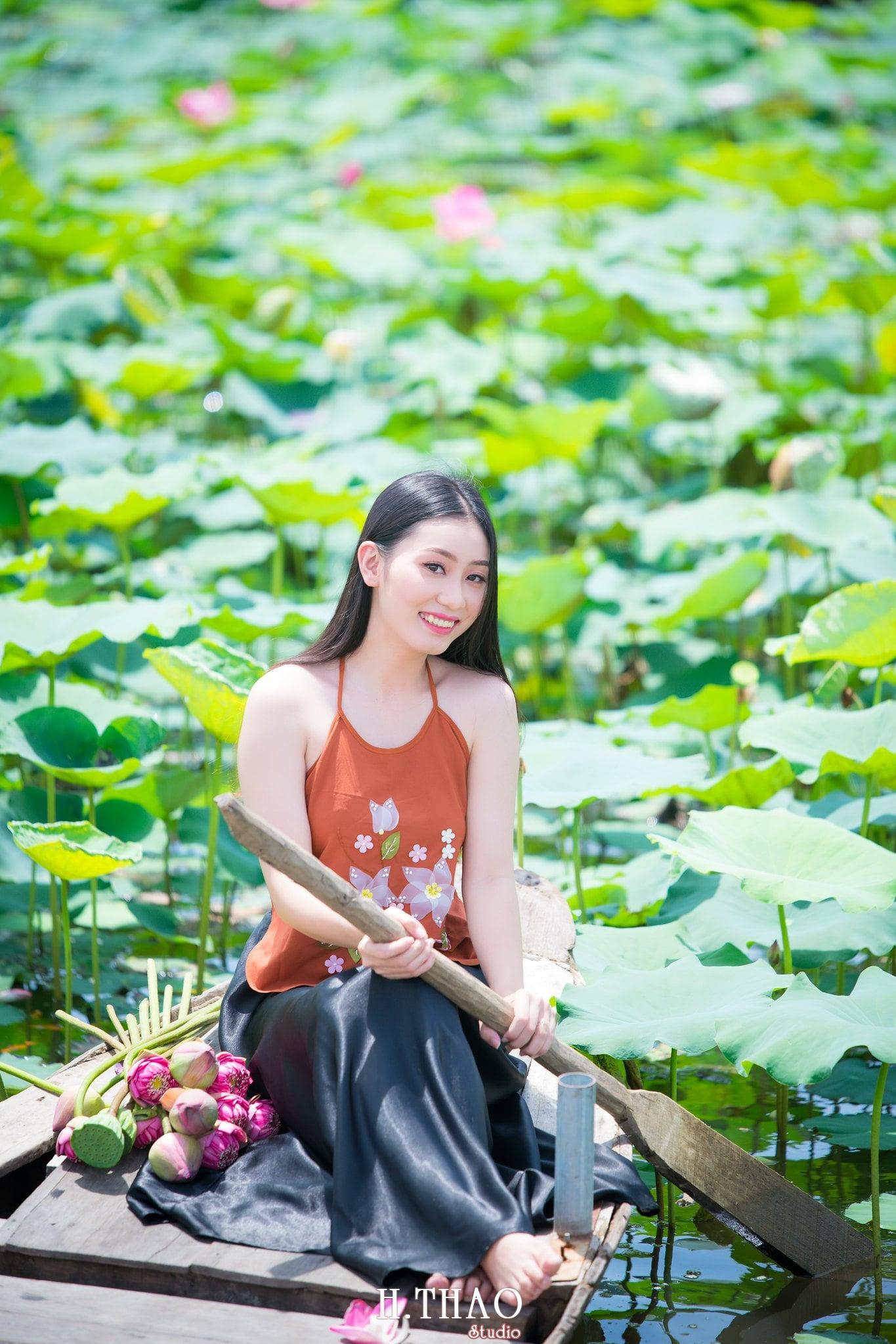 ao yem hoa sen 10 - Album ảnh chụp áo yếm với hoa sen đẹp dịu dàng - HThao Studio