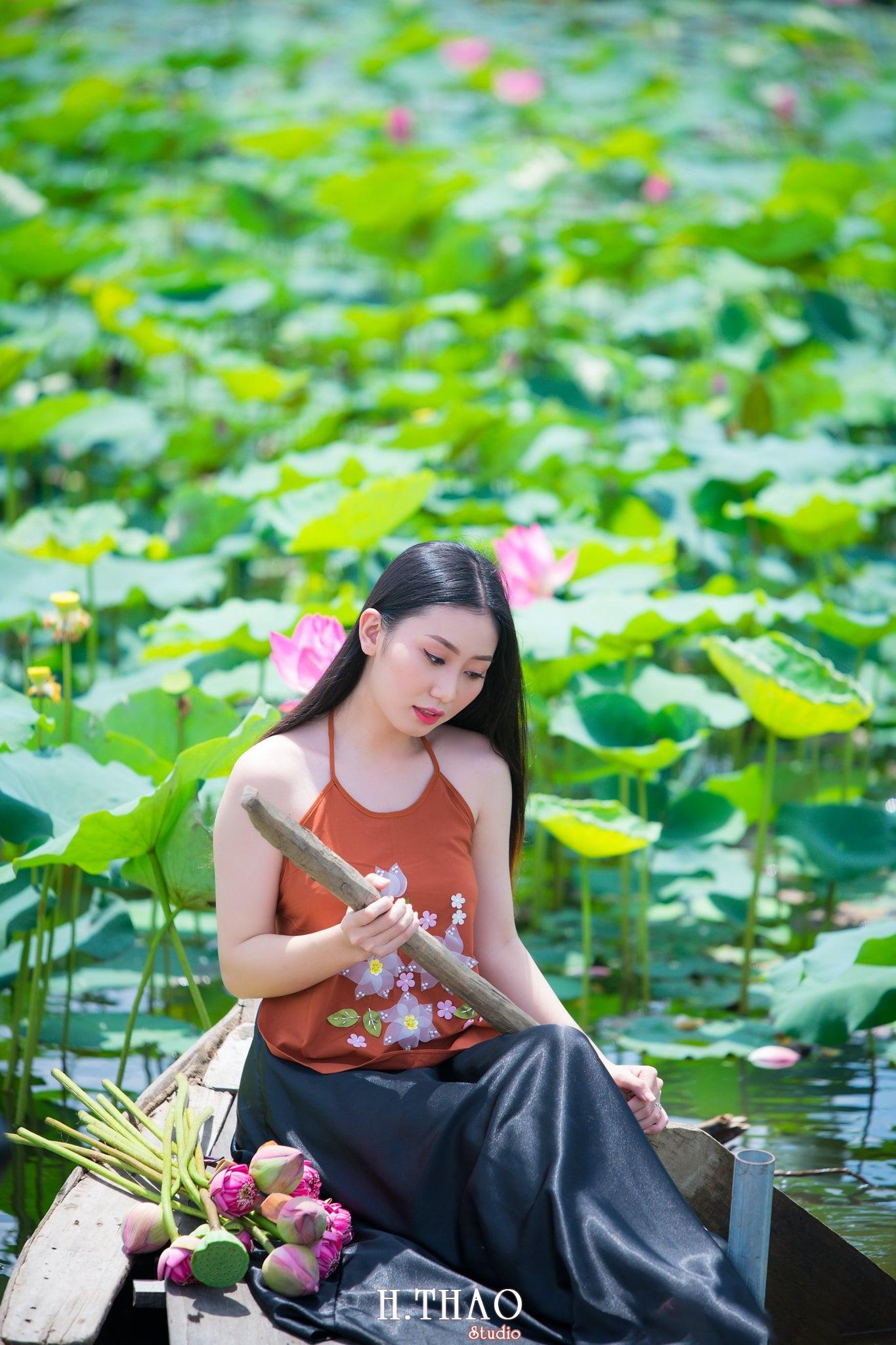 ao yem hoa sen 11 - Album ảnh chụp áo yếm với hoa sen đẹp dịu dàng - HThao Studio