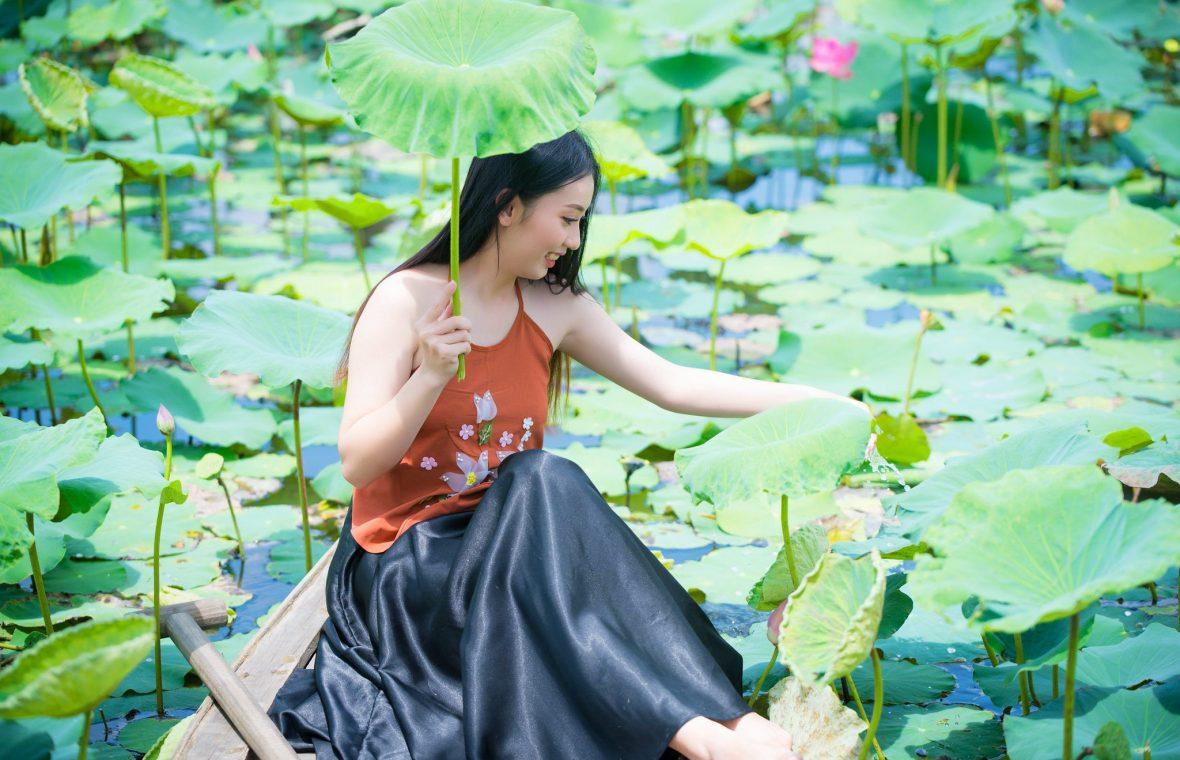 ao yem hoa sen 13 1180x760 - Tổng hợp các nơi chụp ảnh nghệ thuật đẹp tại Tp. HCM - HThao Studio