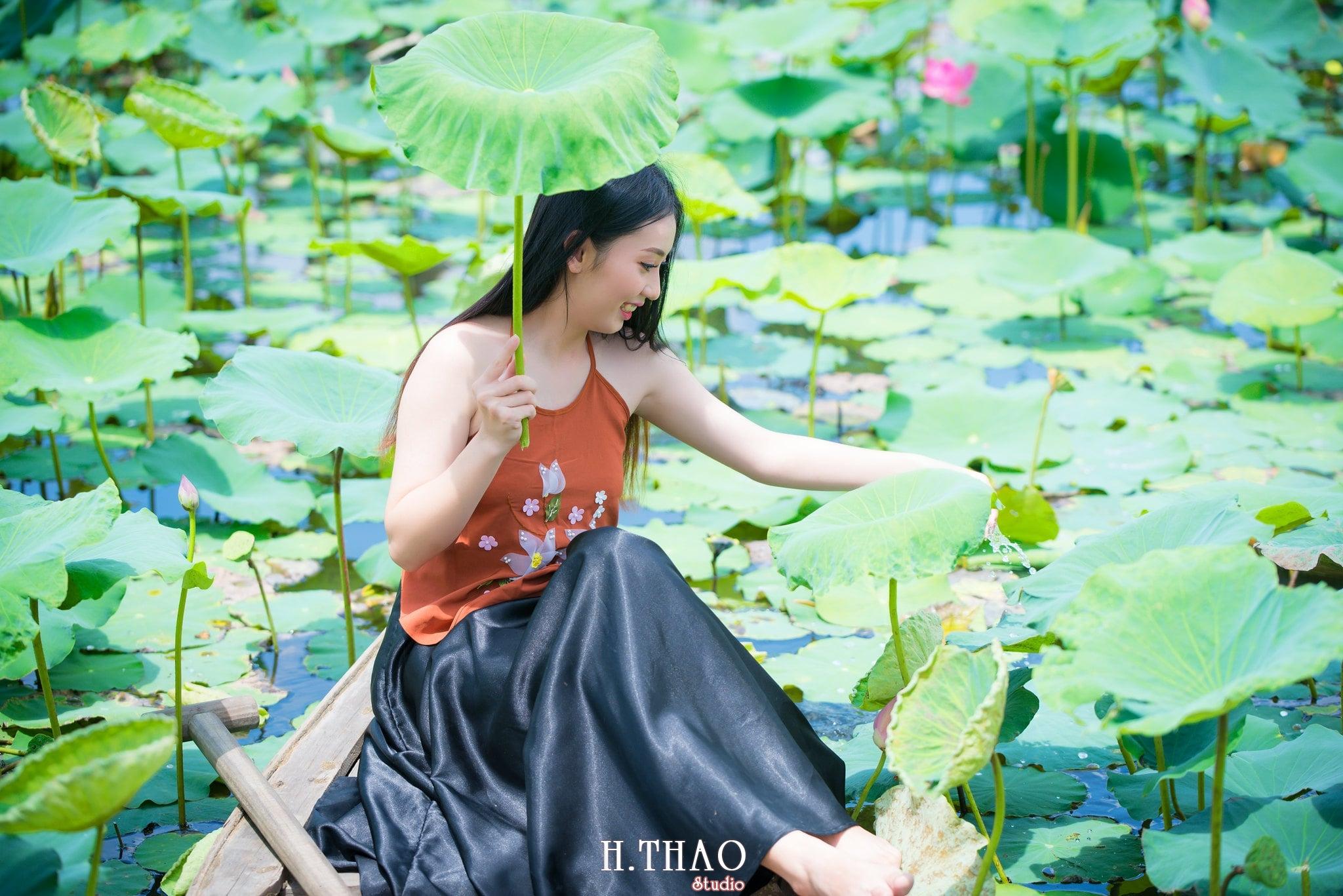 ao yem hoa sen 13 - Album ảnh chụp áo yếm với hoa sen đẹp dịu dàng - HThao Studio