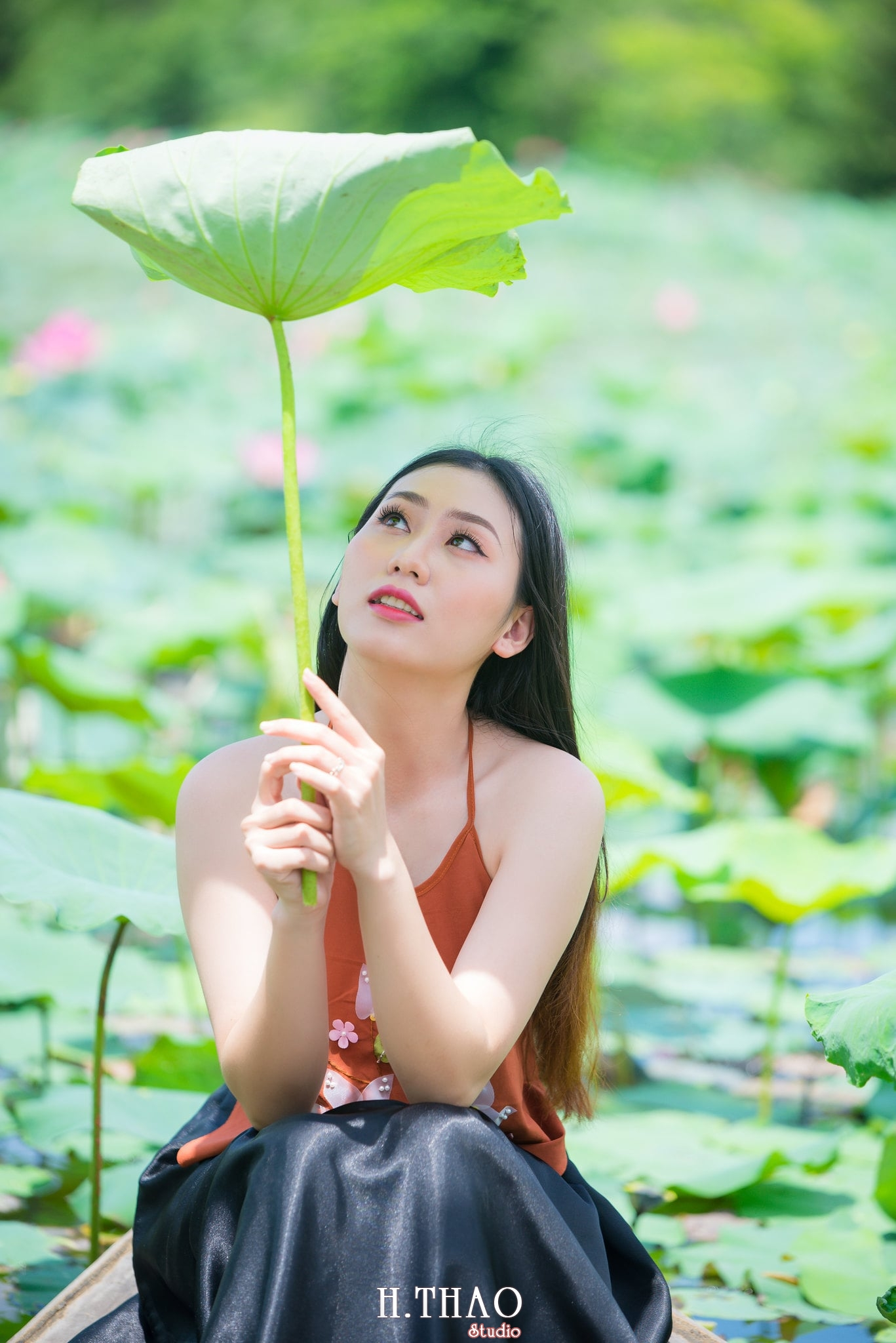 ao yem hoa sen 15 - Album ảnh chụp áo yếm với hoa sen đẹp dịu dàng - HThao Studio