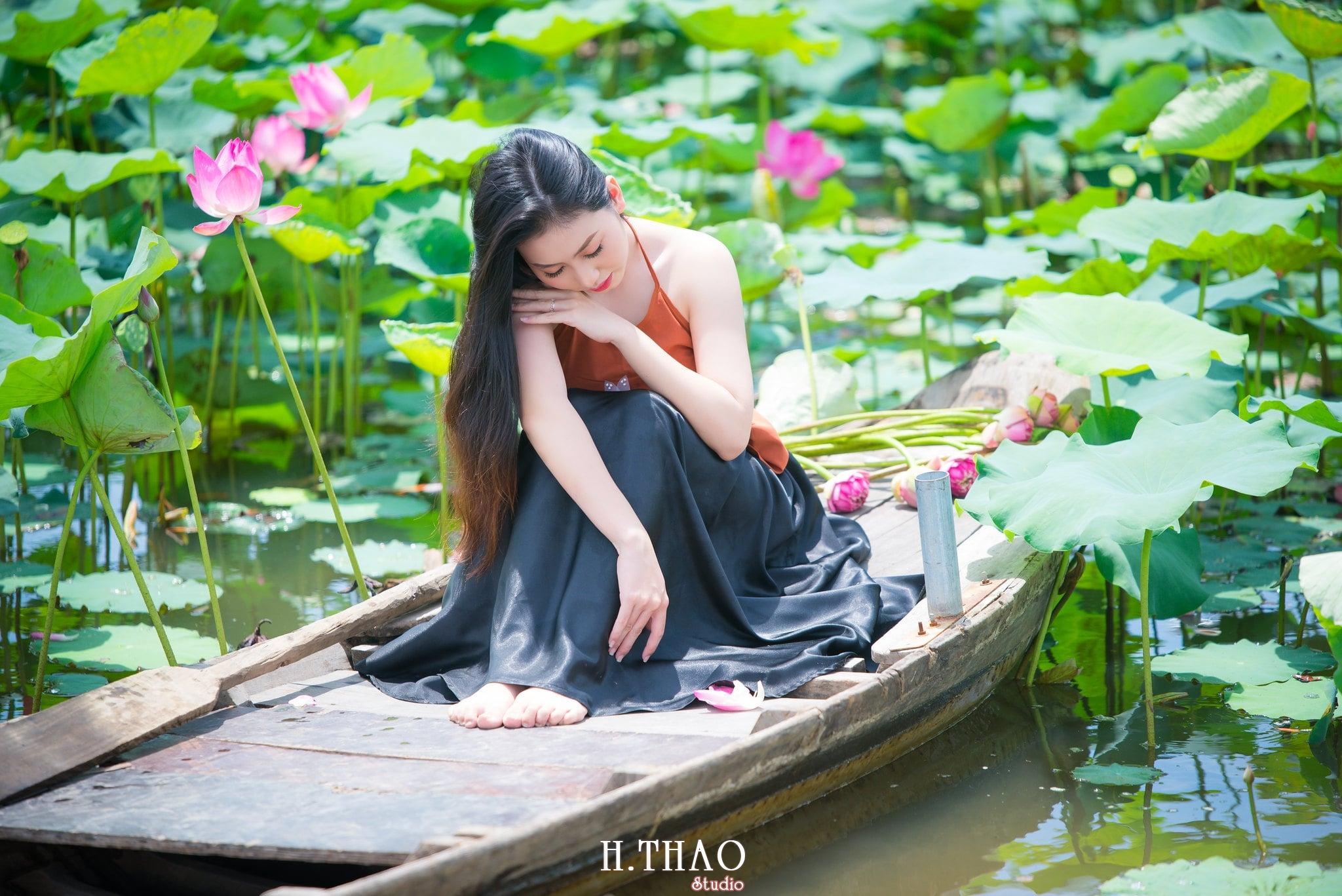 ao yem hoa sen 16 - Album ảnh chụp áo yếm với hoa sen đẹp dịu dàng - HThao Studio