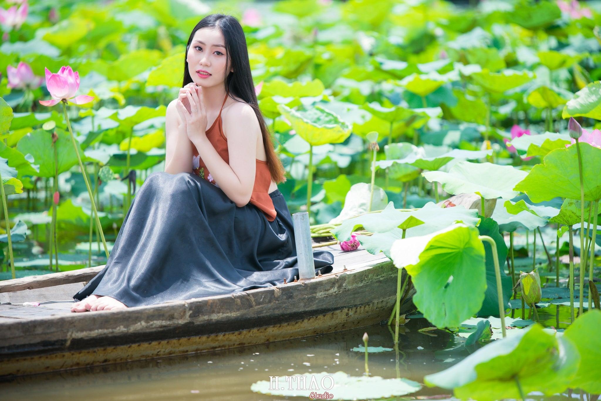 ao yem hoa sen 17 - Album ảnh chụp áo yếm với hoa sen đẹp dịu dàng - HThao Studio