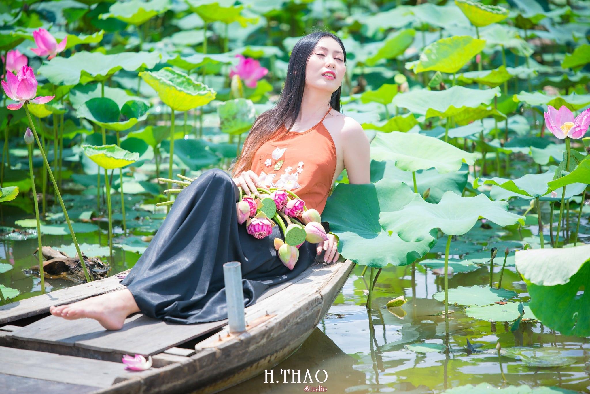 ao yem hoa sen 3 - Album ảnh chụp áo yếm với hoa sen đẹp dịu dàng - HThao Studio