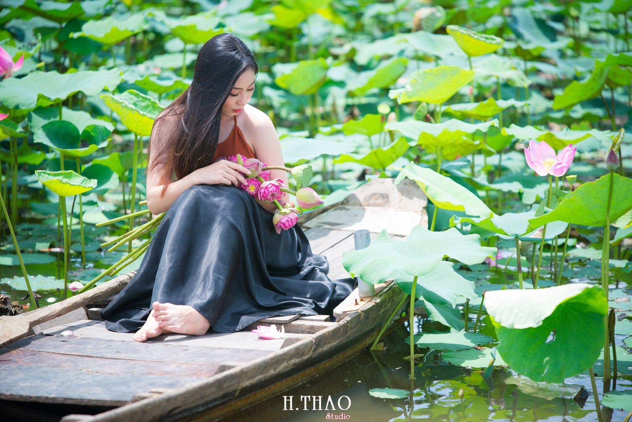 ao yem hoa sen 4 - Album ảnh chụp áo yếm với hoa sen đẹp dịu dàng - HThao Studio