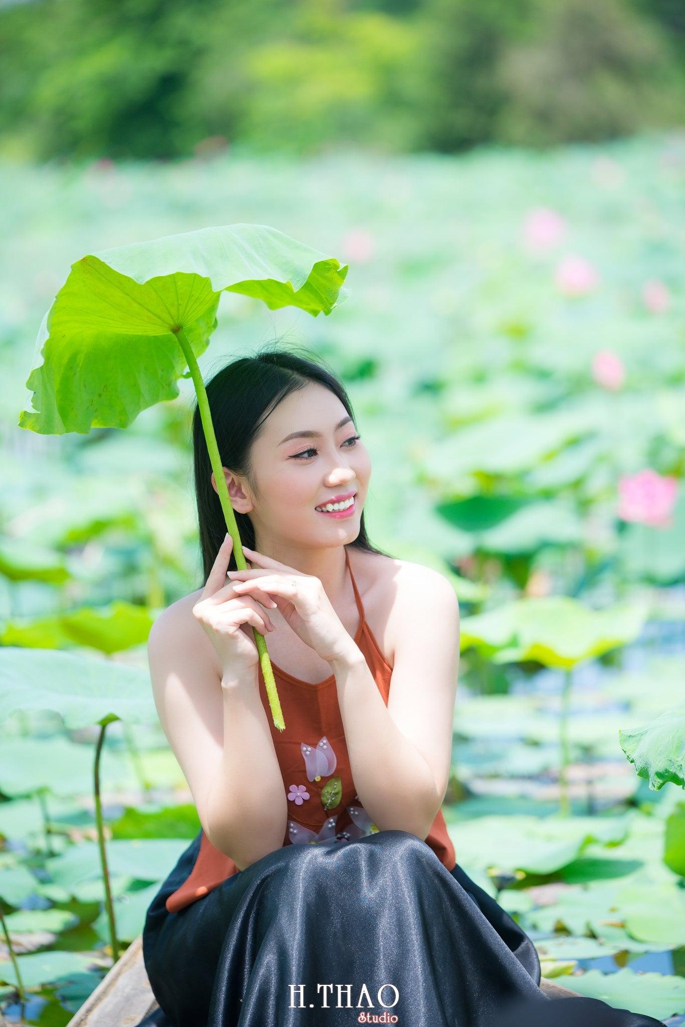ao yem hoa sen 5 - Album ảnh chụp áo yếm với hoa sen đẹp dịu dàng - HThao Studio