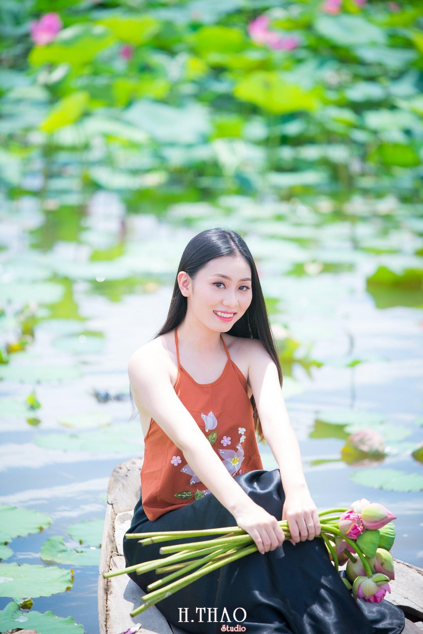 ao yem hoa sen 7 - Album ảnh chụp áo yếm với hoa sen đẹp dịu dàng - HThao Studio