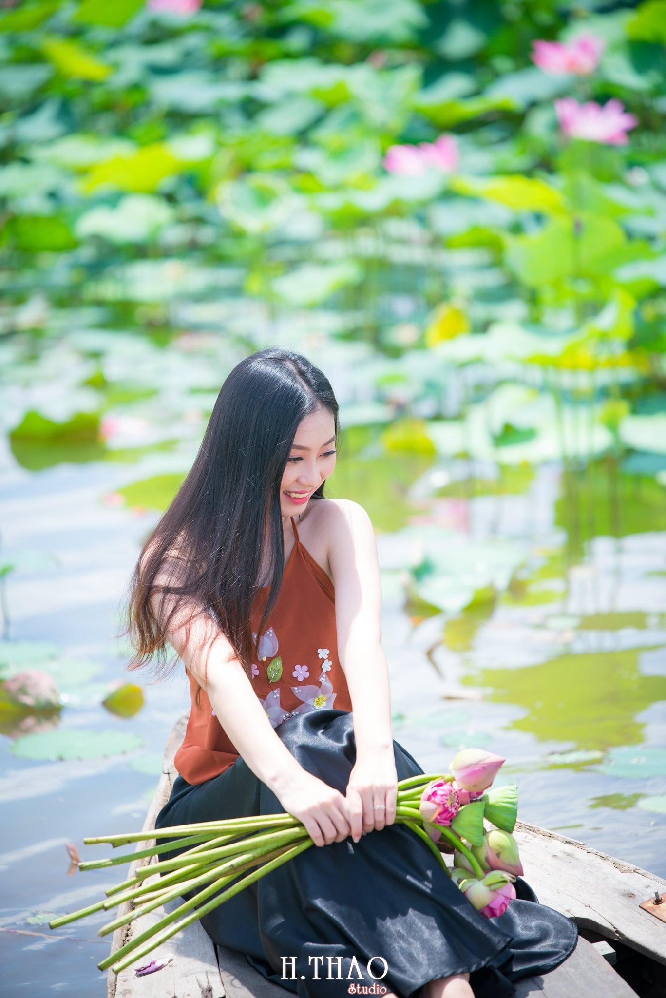 ao yem hoa sen 8 - Album ảnh chụp áo yếm với hoa sen đẹp dịu dàng - HThao Studio