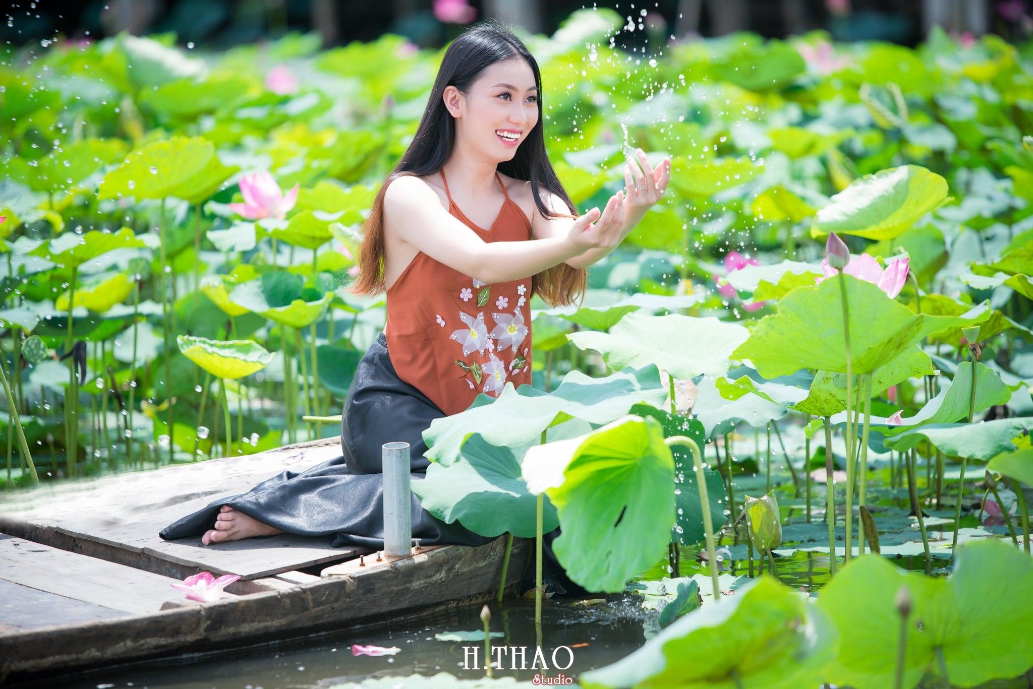 ao yem hoa sen 9 - Album ảnh chụp áo yếm với hoa sen đẹp dịu dàng - HThao Studio