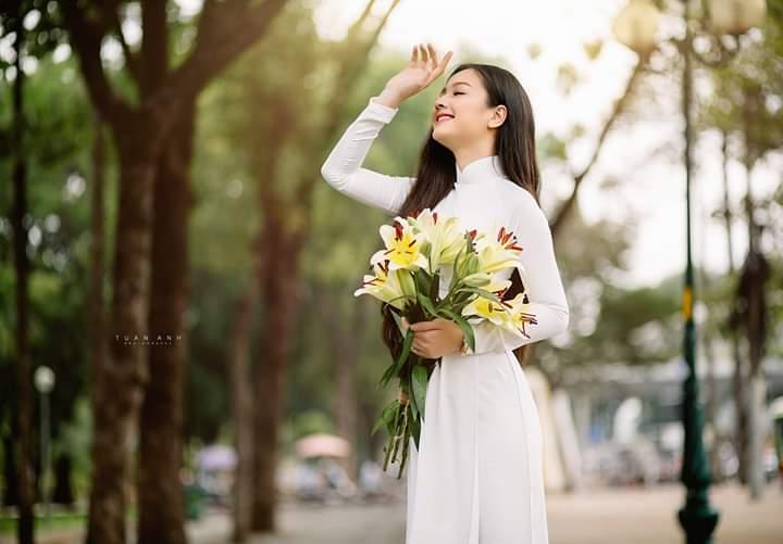 Tay che trán, tạo cảm giác feeling với áo dài (Aphoto)