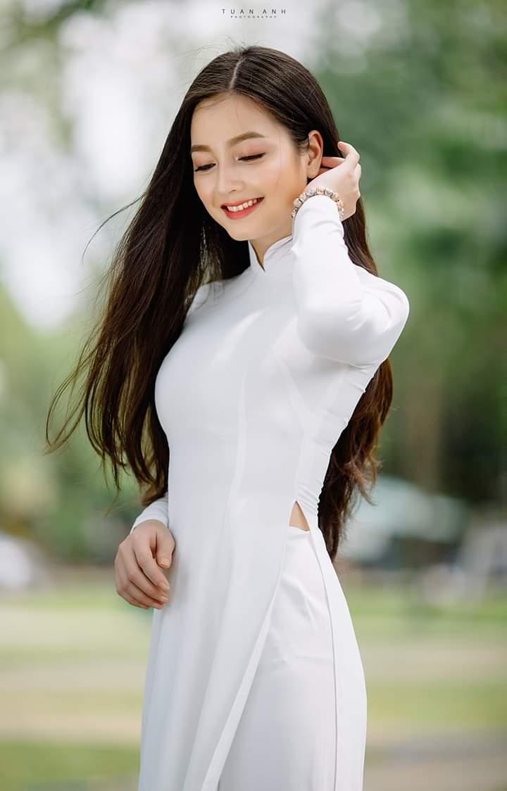 Ttaoj dáng vuốt tóc khi chụp với áo dài (Aphoto)