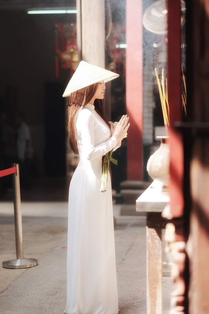 Tạo dáng với áo dài trong chụp ảnh tại chùa chiền