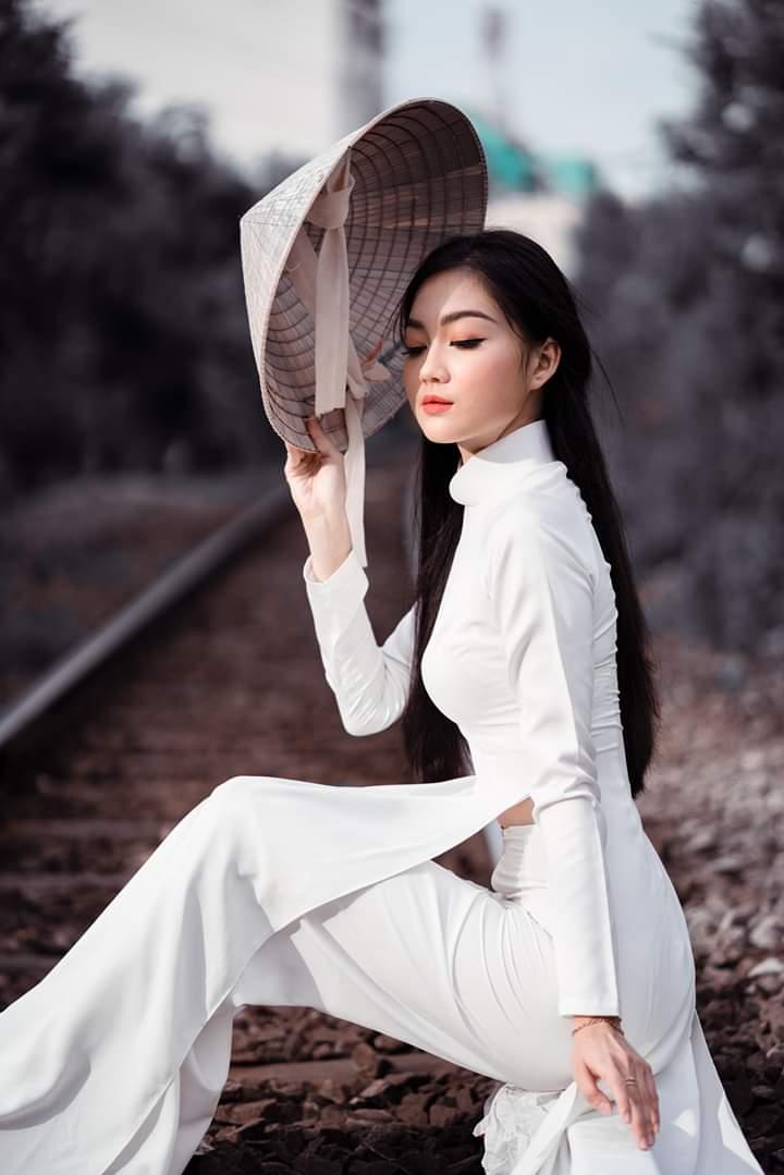 tao dang chup anh ao dai dep 8 - 49 cách tạo dáng chụp ảnh với áo dài tuyệt đẹp - HThao Studio