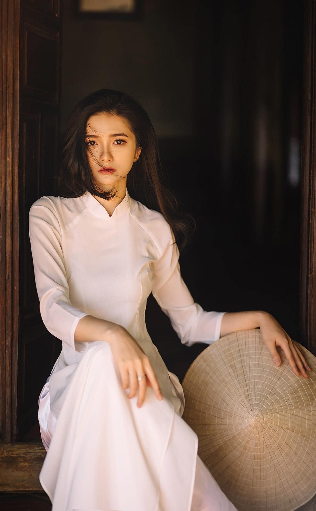 Ao dai chup ngoi 2 min - 49 cách tạo dáng chụp ảnh với áo dài tuyệt đẹp - HThao Studio