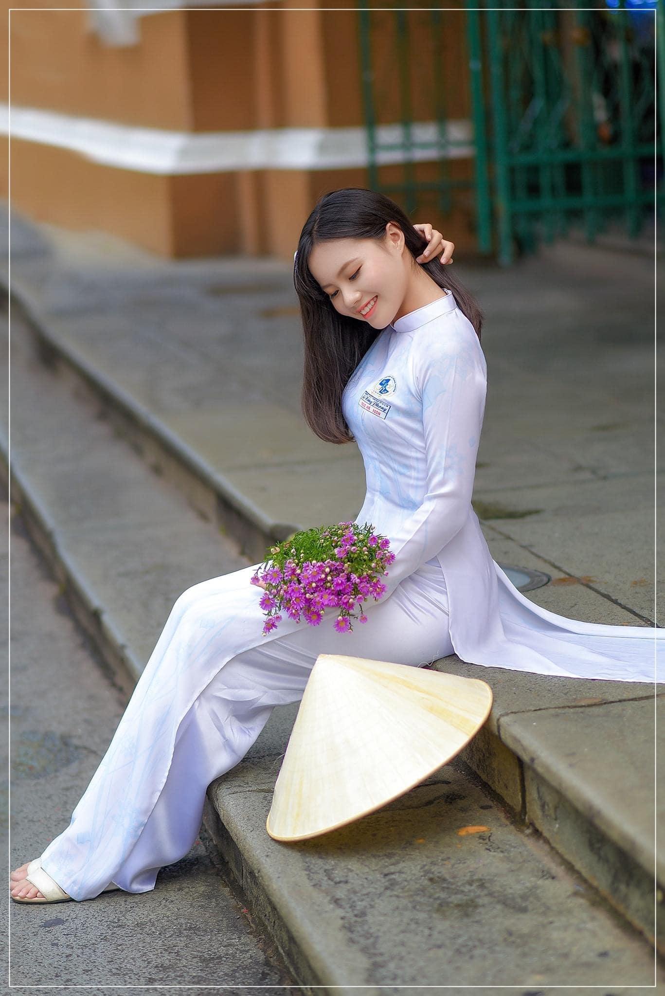 Ao dai chup ngoi 3 min - 49 cách tạo dáng chụp ảnh với áo dài tuyệt đẹp - HThao Studio
