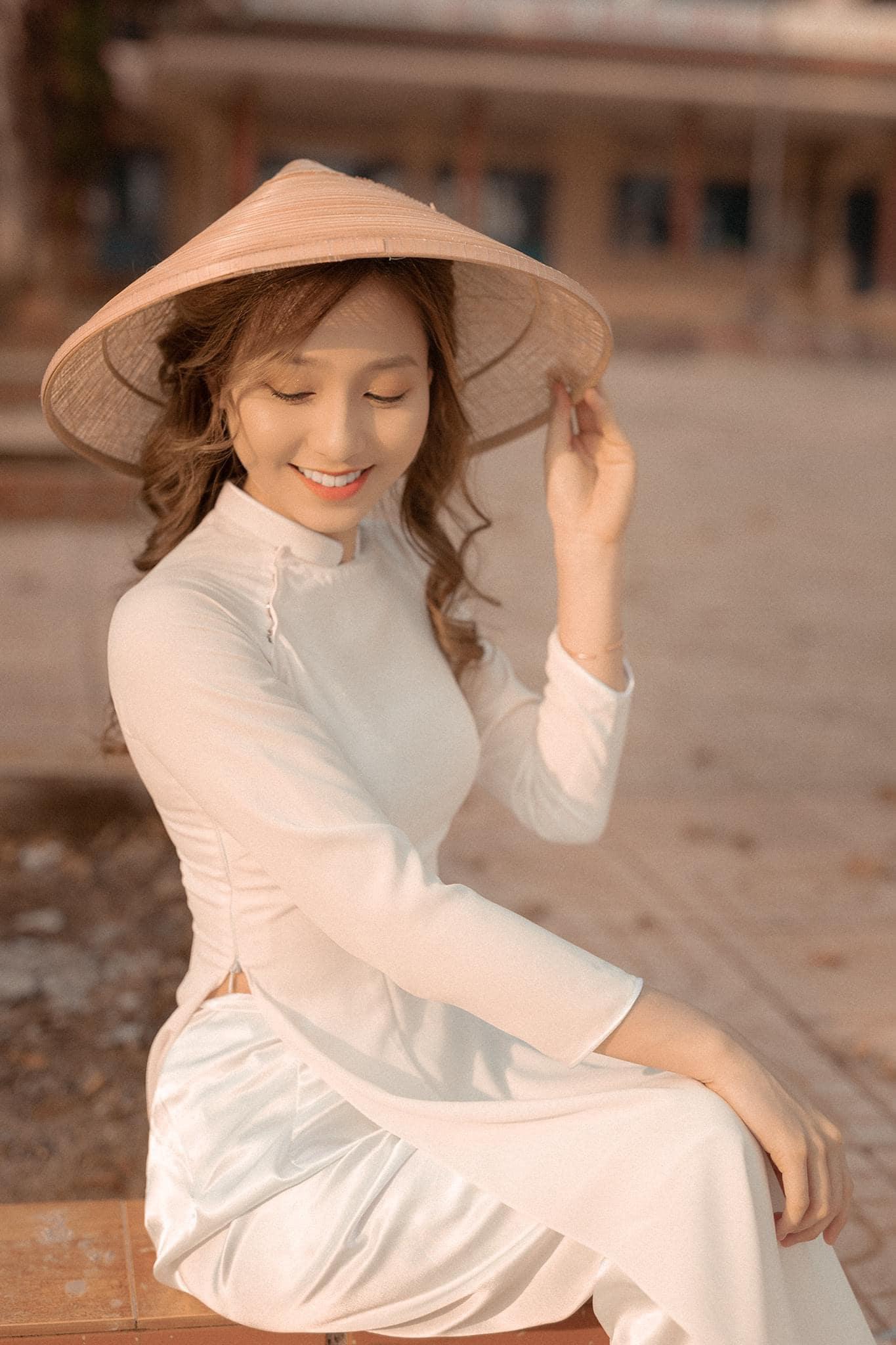 Ao dai chup ngoi 4 min - 49 cách tạo dáng chụp ảnh với áo dài tuyệt đẹp - HThao Studio