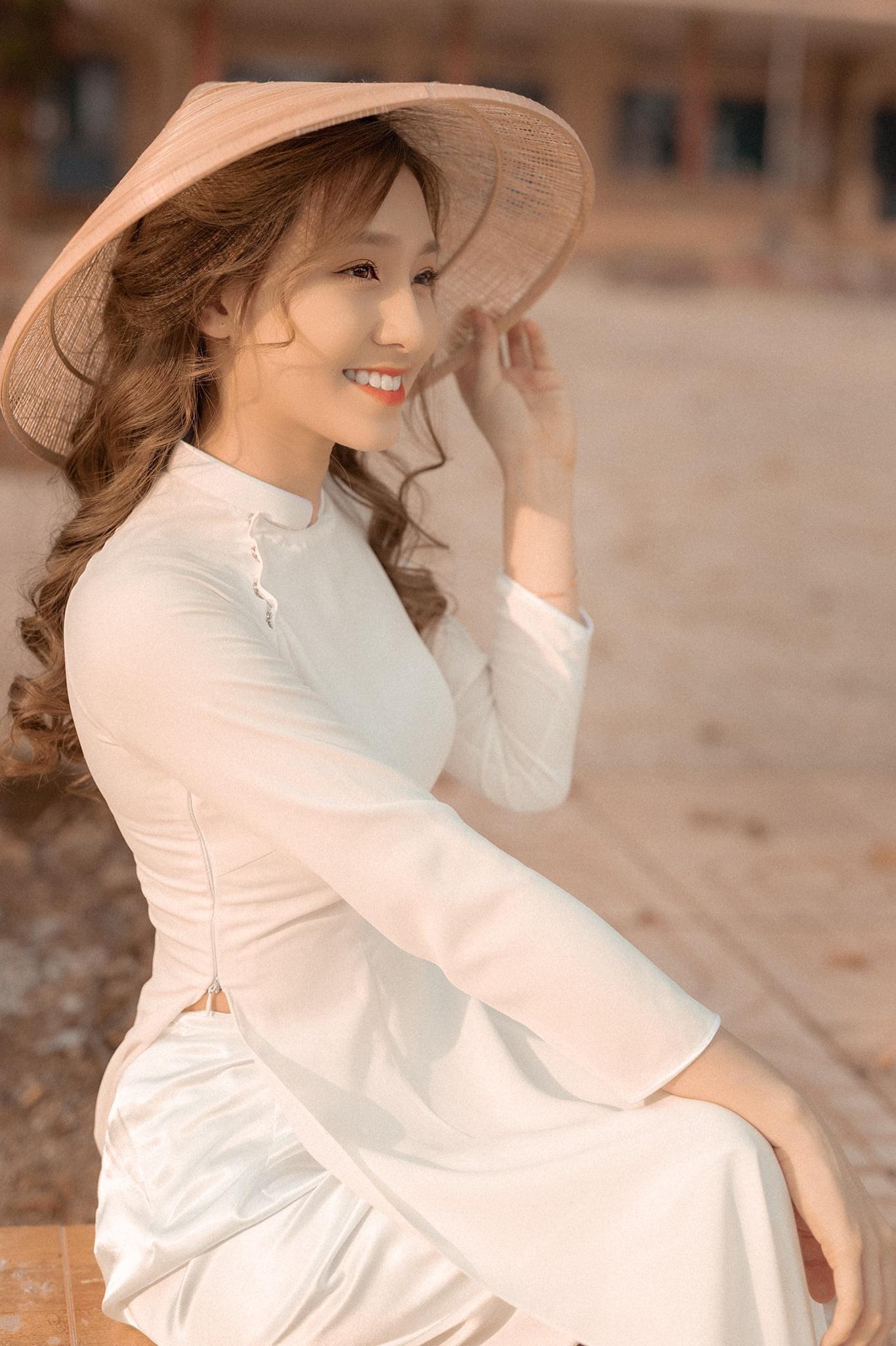 Ao dai chup ngoi 5 min - 49 cách tạo dáng chụp ảnh với áo dài tuyệt đẹp - HThao Studio