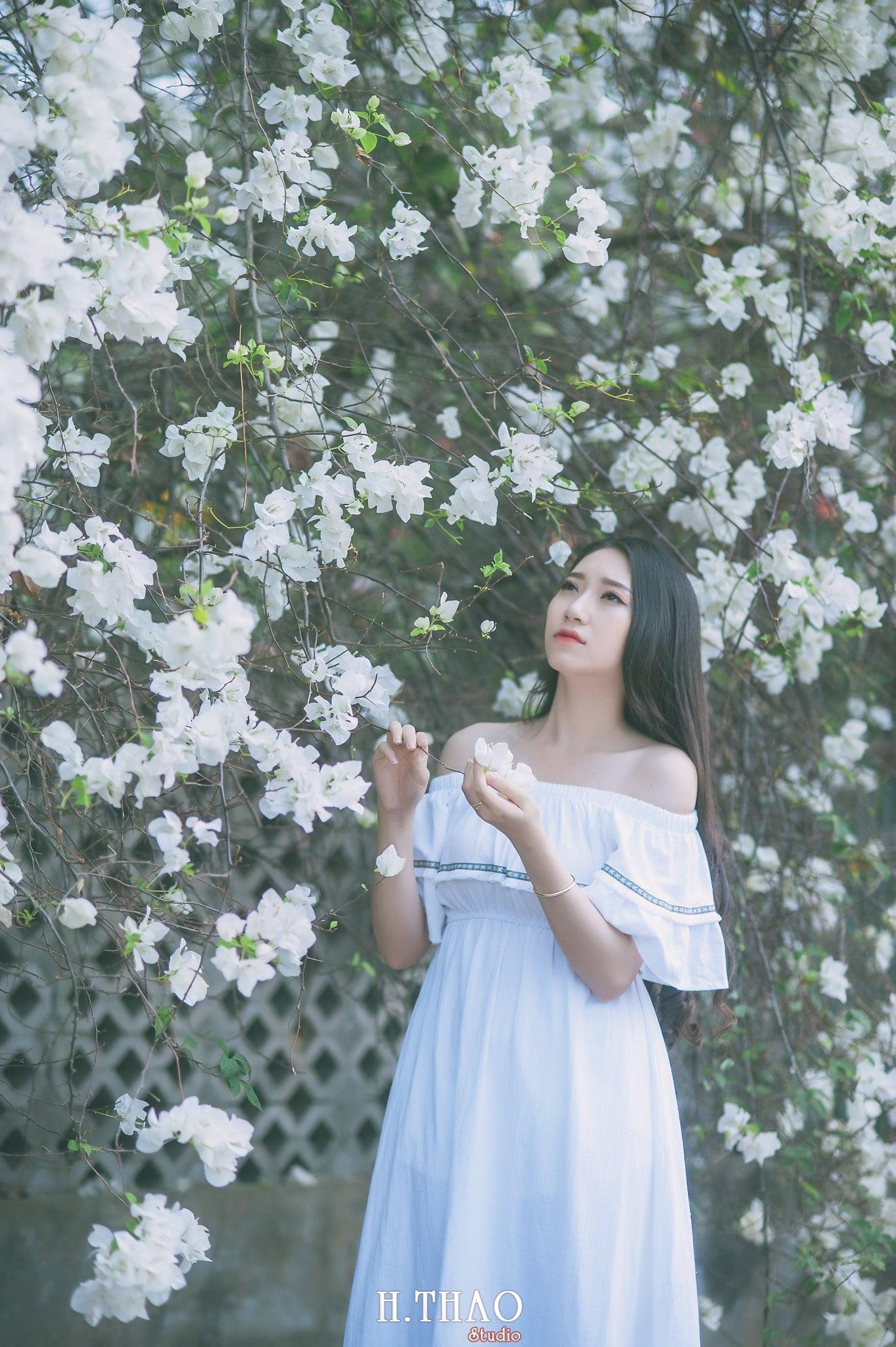 chụp ảnh với hoa giấy quận 2