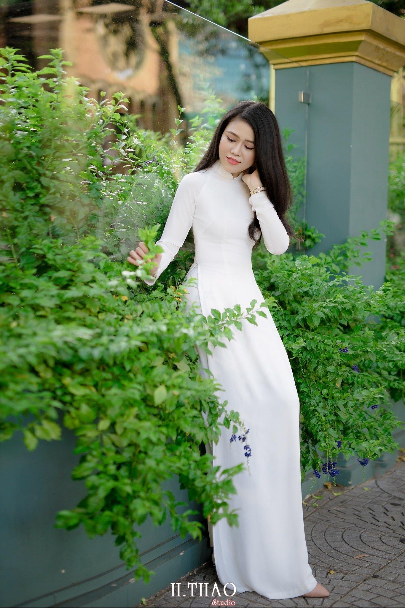 áo dài bên hàng cây