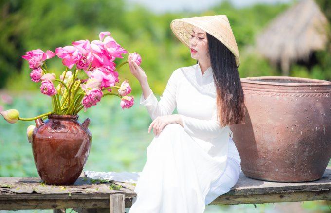 Chup hinh hoa sen 1 680x438 - Tổng hợp album ảnh áo dài đẹp - HThao Studio
