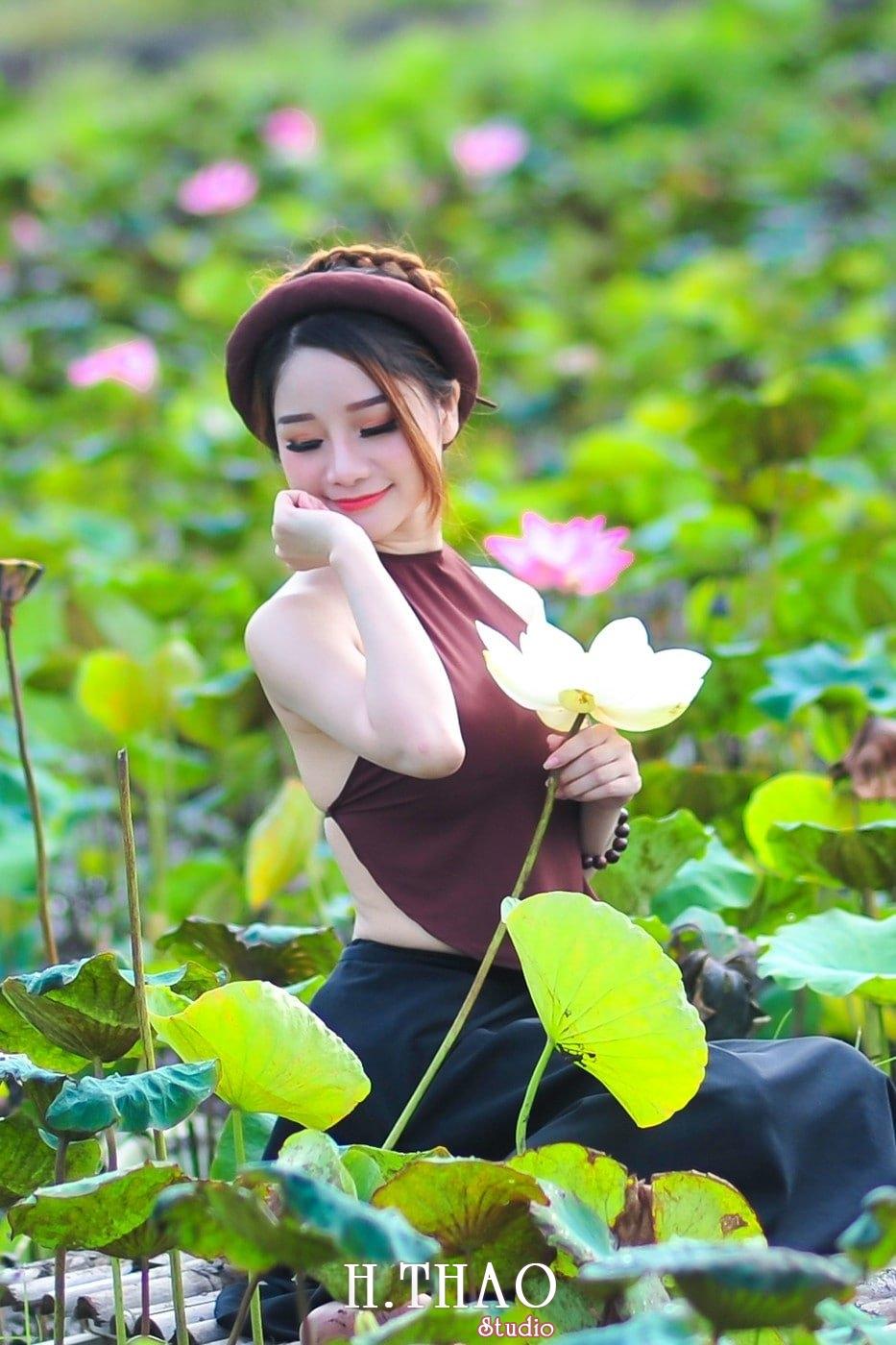 anh sen 12 - Thiếu nữ bên hoa sen - Model Ngọc Huyền