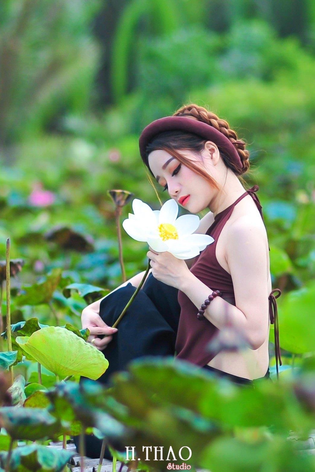 anh sen 3 - Thiếu nữ bên hoa sen - Model Ngọc Huyền