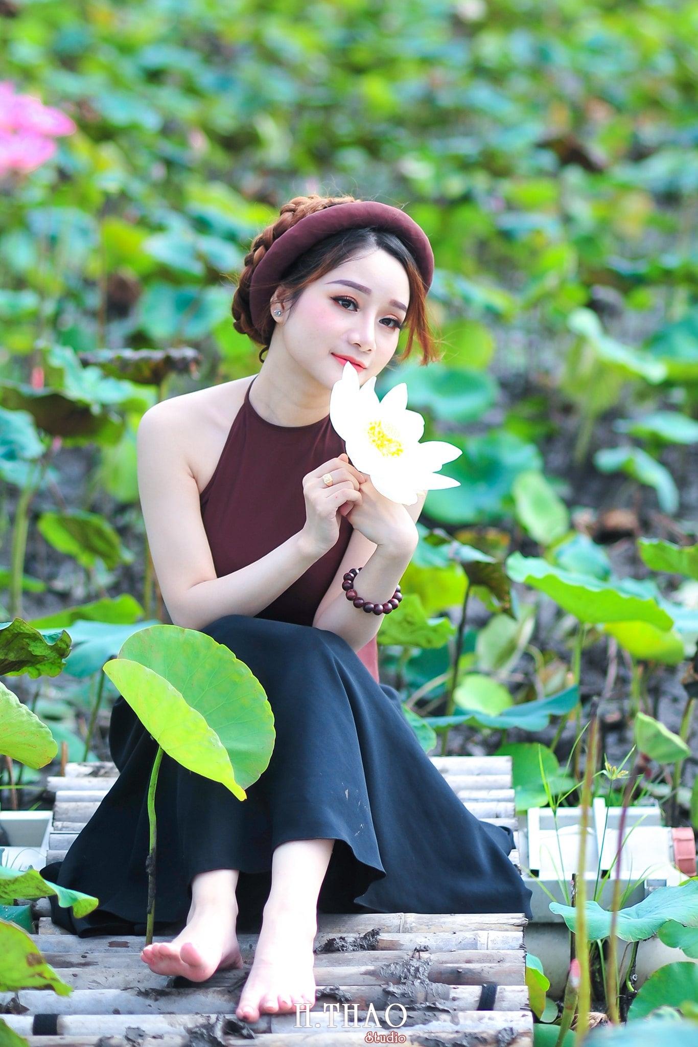 anh sen 7 - Thiếu nữ bên hoa sen - Model Ngọc Huyền